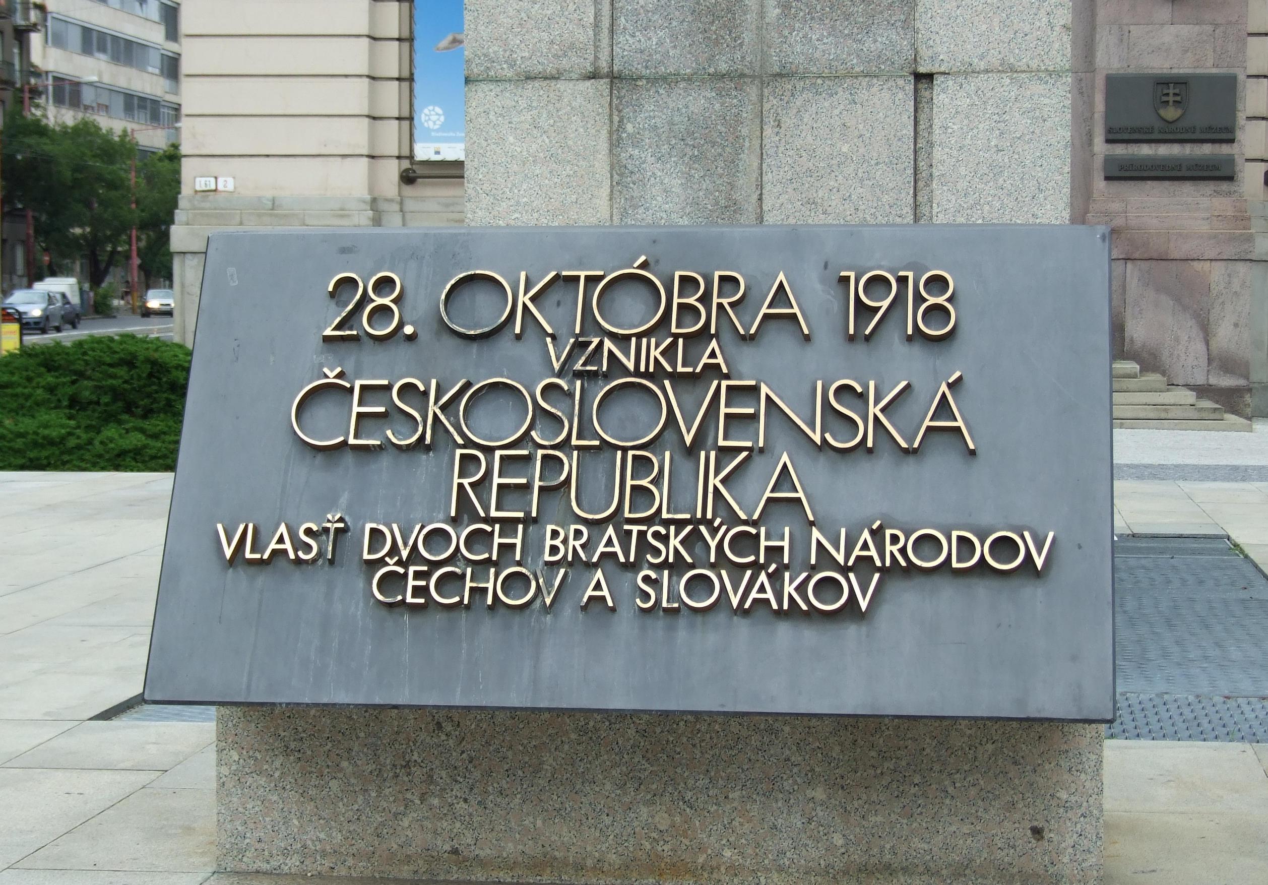Bratislava_Vajnorské_nábrežie_památník_vzniku_ČSR_před_budovou_SNM_deska