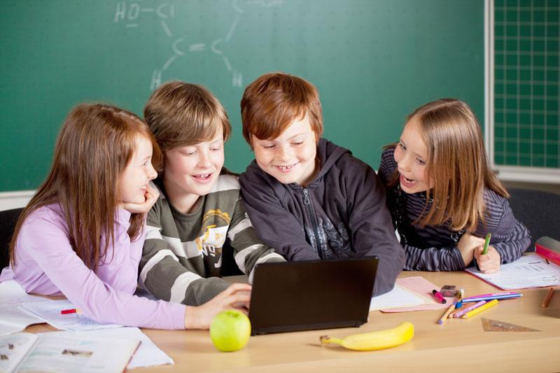 dzieci-przed-lapkiem-w-szkole